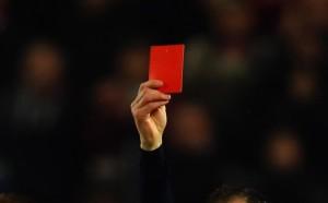 Разследват съдията, който вдигна безумен червен картон