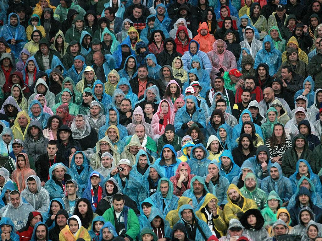 """Силният дъжд над София не уплаши препълнените трибуни на Националния стадион """"Васил Левски"""", които уважиха Христо Стоичков за 50-годишния му юбилей<br /> <br />"""