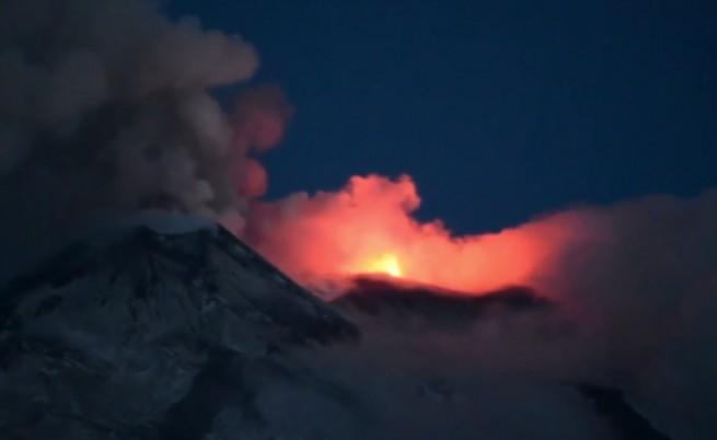 Етна разтърси Сицилия, изригва пепел, разрушения