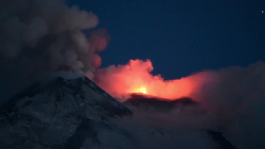 <p>Етна разтърси Сицилия, изригва пепел, разрушения</p>