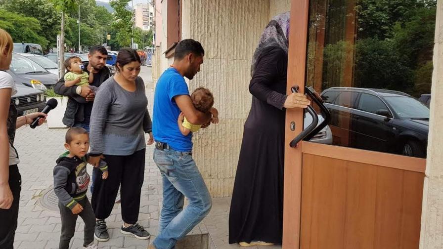Мигранти влизат в сградата на Районния съд в Петрич