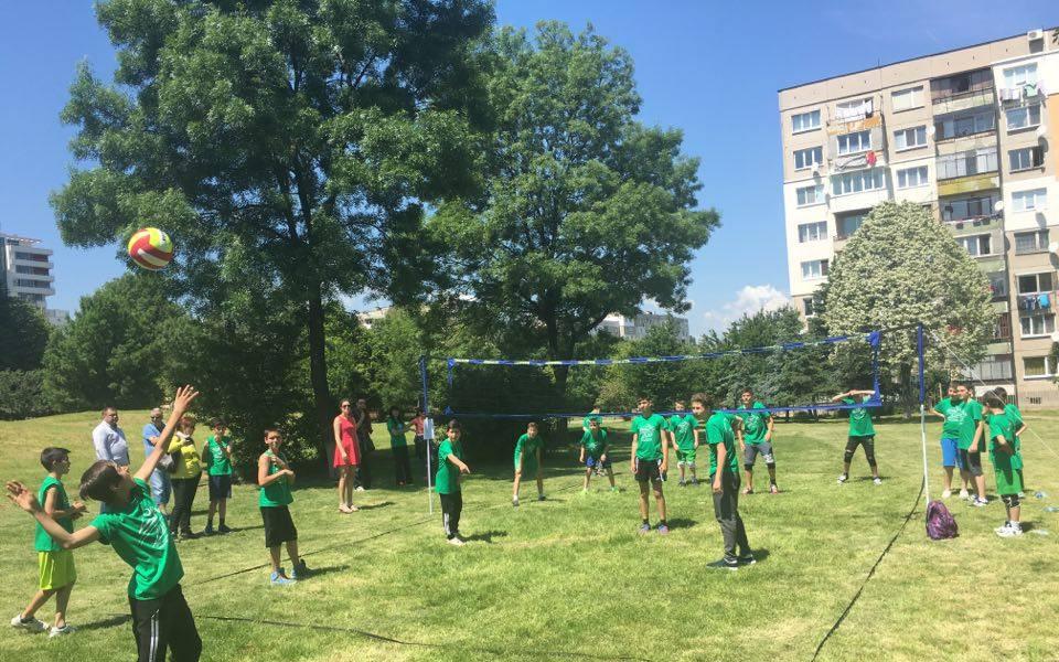 СНИМКИ: Над 150 деца играха волейбол на открито в София