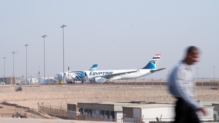 """Самолет на """"Иджиптеър"""" кацна извънредно в Узбекистан"""