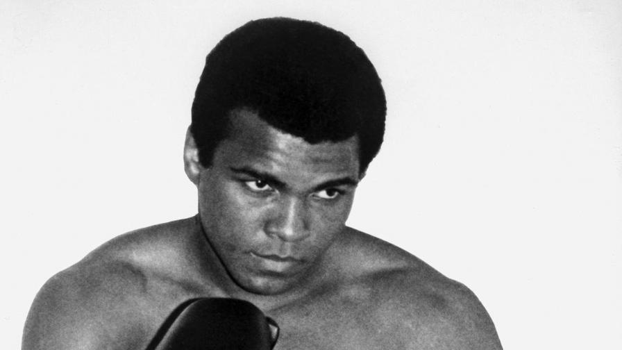 """Информацията бе разпространена от семейството му.  """"След 32 години борба срещу болестта на Паркинсон Мохамед Али почина на 74-годишна възраст"""" снощи (местно време), обяви неговият говорител Боб Гънел, цитиран от Франс прес."""