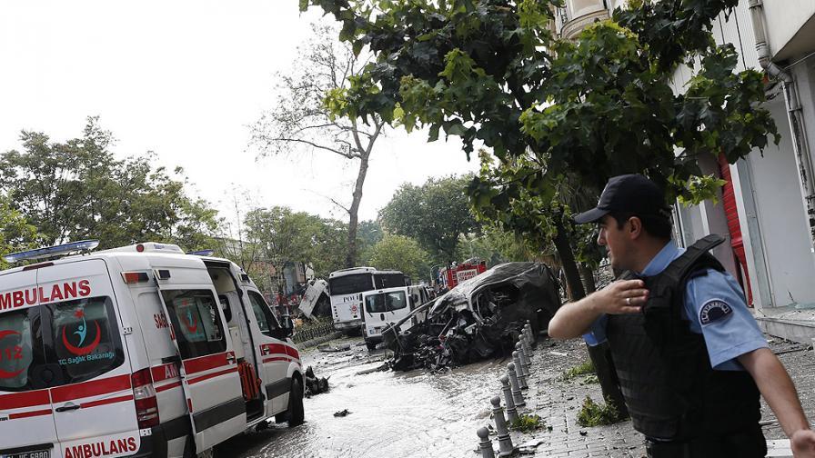 Жертви и десетки ранени пред болница в Турция