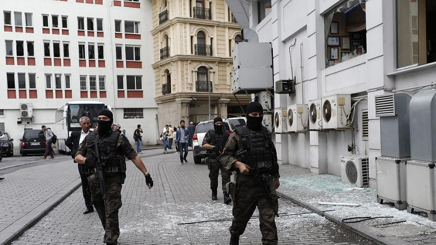Тревога в Истанбул, въоръжена охрана за руското консулство