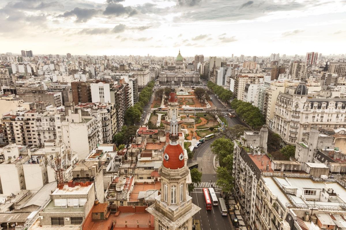 Буенос Айрес е основан в широкото устие на Рио де ла Плата през 1536 г. от испанския изследовател Педро де Мендоса и е наречен с името Нуестра Сеньора Санта Мария дел Буен Айре (Пресвета Дева Мария на попътния вятър)