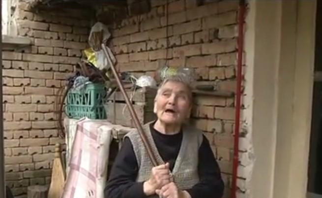 Баба наби крадци с точилка и бастун