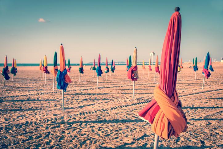 <p>Довил (Deauville): Довил се намира в района Нормандия във Франция, на Атлантическяи океан. Привлича заможни гости от целия свят, защото се намира относително близо до Париж. Тук се развива действието от романа на Пруст &bdquo;В търсене на изгубеното време&ldquo;, плажът се споменава и във &bdquo;Великия Гетсби&ldquo;.</p>