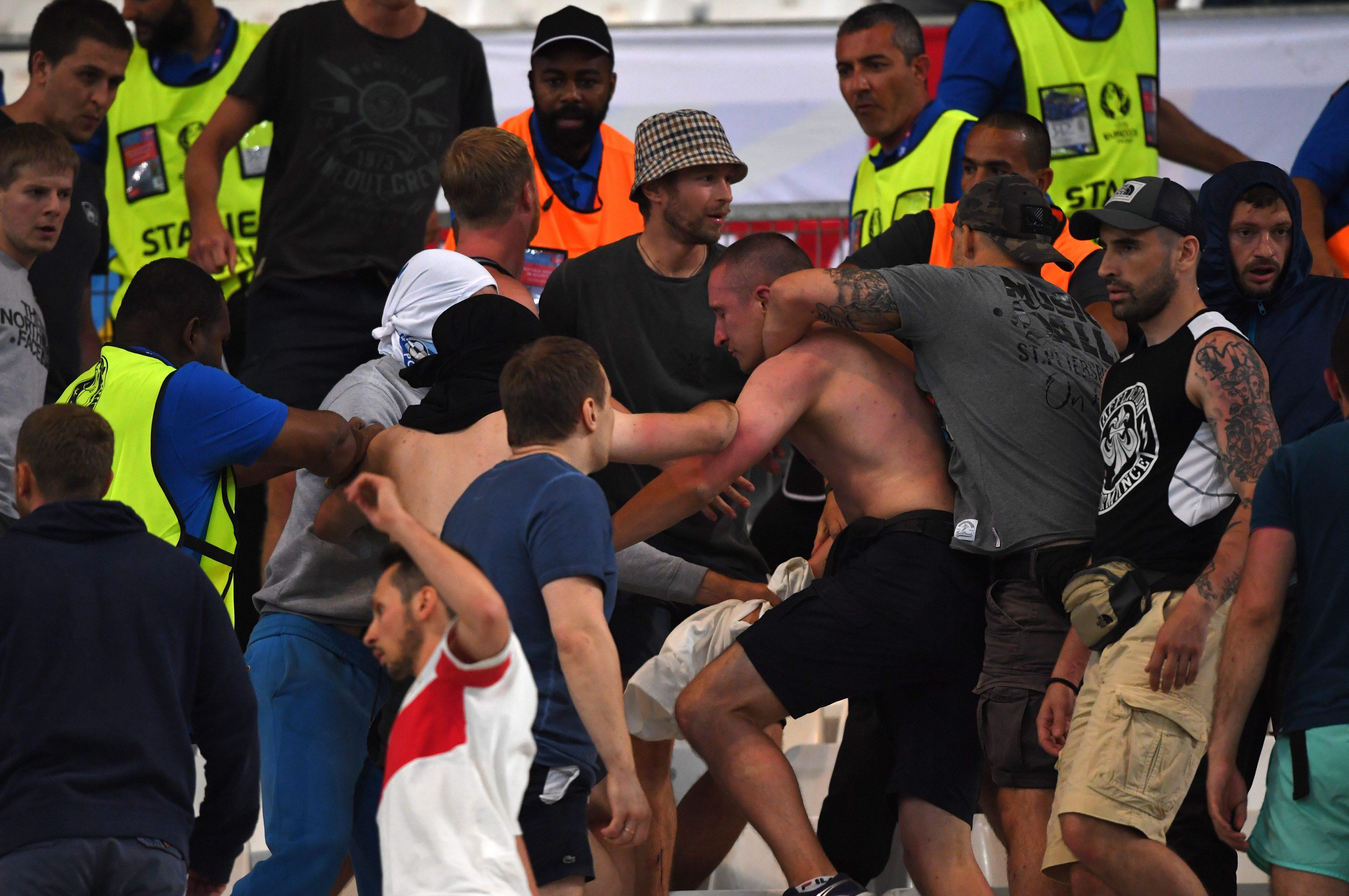 Руски експерти посочват, че във Франция е влязла организирана група от около 300 хулигани. Най-зловещите фракции на крайни фенове на футболните отбори в Русия са се обединили и са изпратили хора на Евро 2016