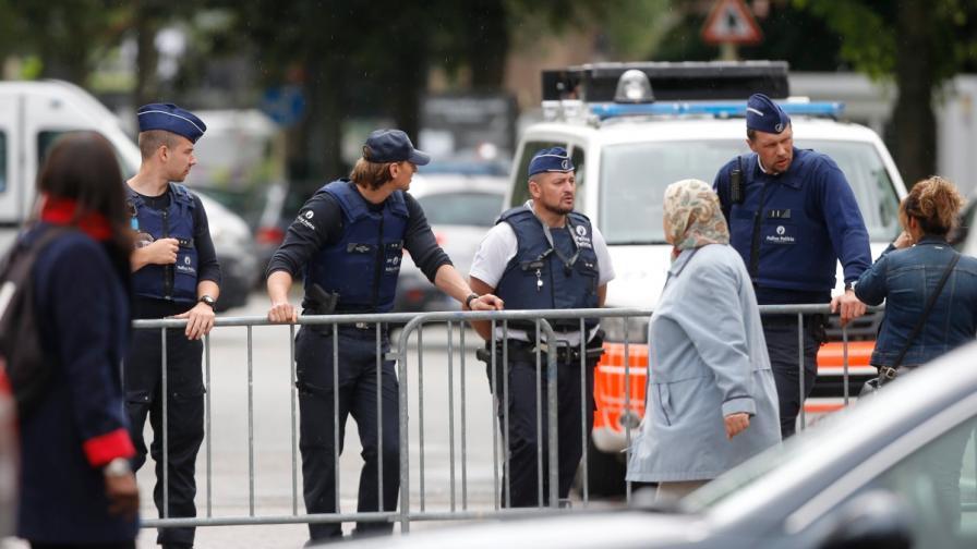 Паника от нов терор в Брюксел: Мъж наръга полицаи