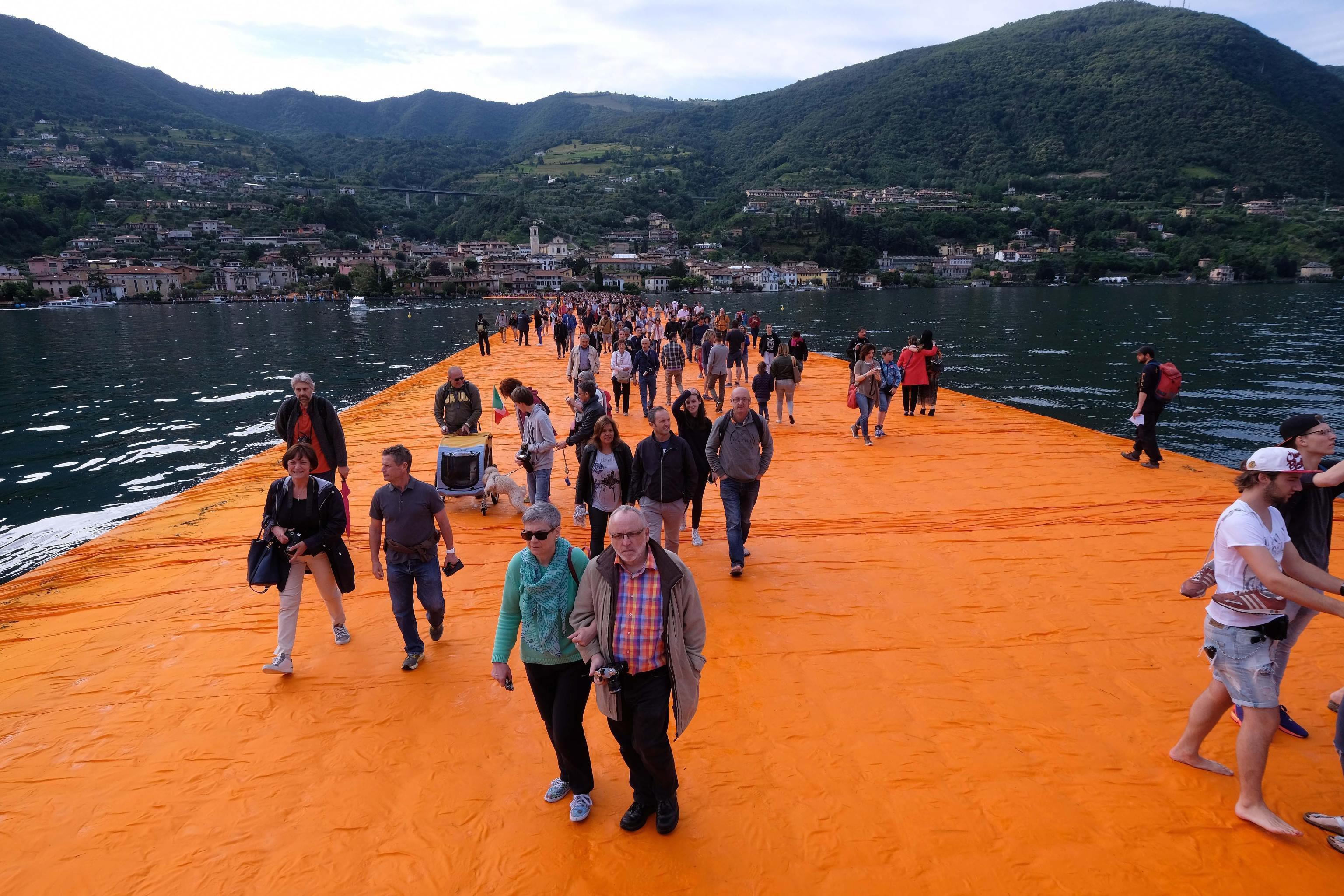 Новата творба на българския художник Христо Явашев, известен като Кристо, предизвика силен интерес в Италия. На езерото Изео бяха открити плаващи кейове, които позволяват да се ходи по вода.