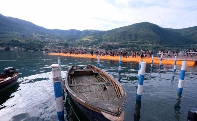 Хиляди туристи ходят по вода заради Кристо