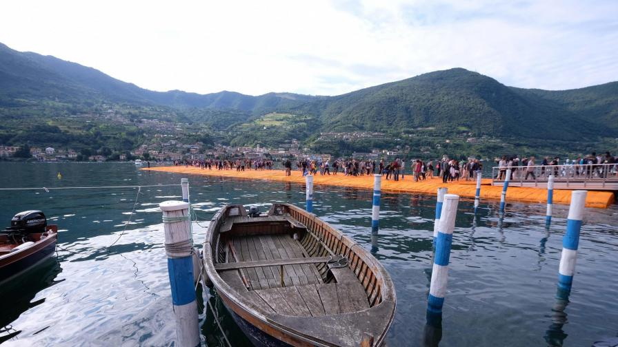 Хиляди ходят по вода заради българин
