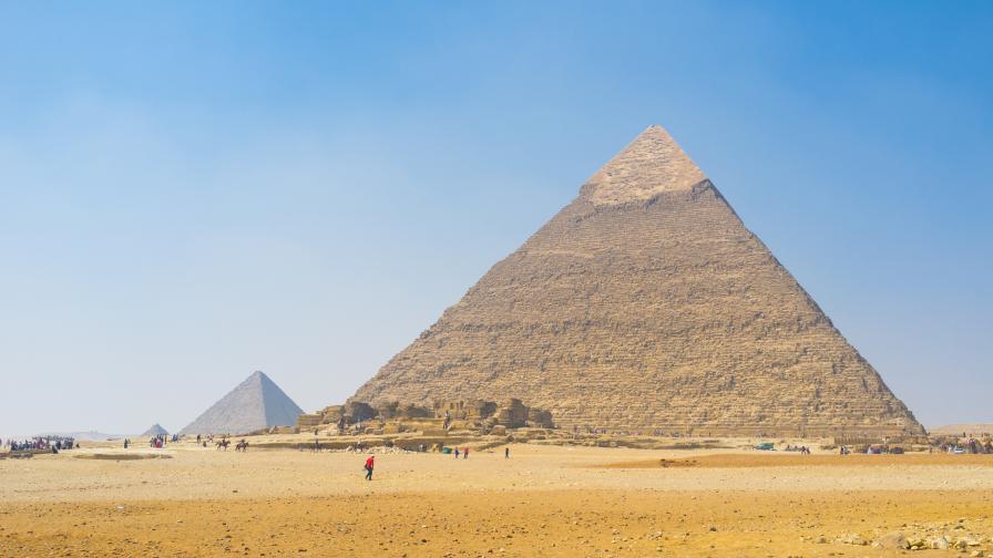Цял свят възмутен: Мъж и жена се снимат голи на Хеопсовата пирамида