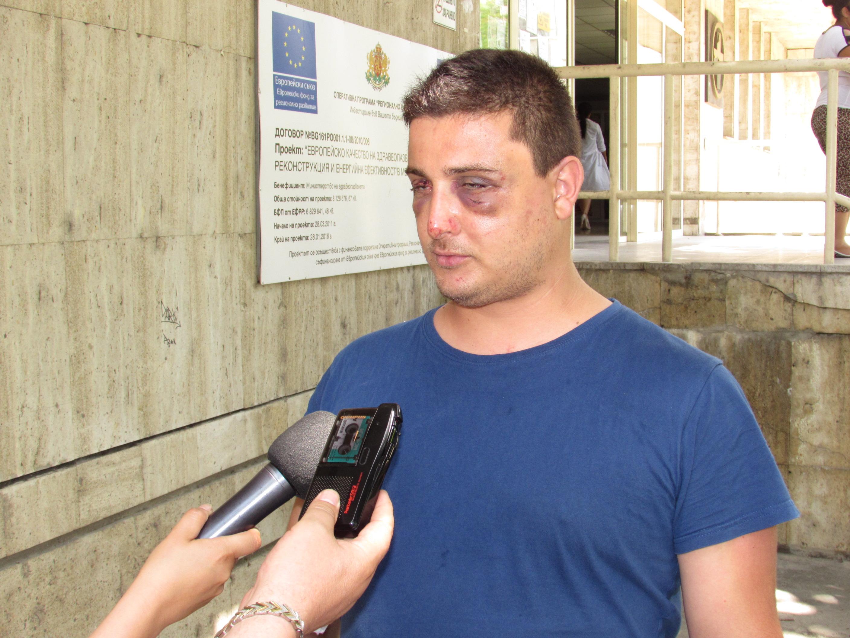 28-годишният Антон Спасов е настанен в болница с множество травми, най-вече по главата, след сблъсък с роми, крали сливи посред нощ