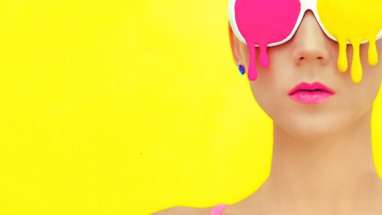 момиче очила жълто