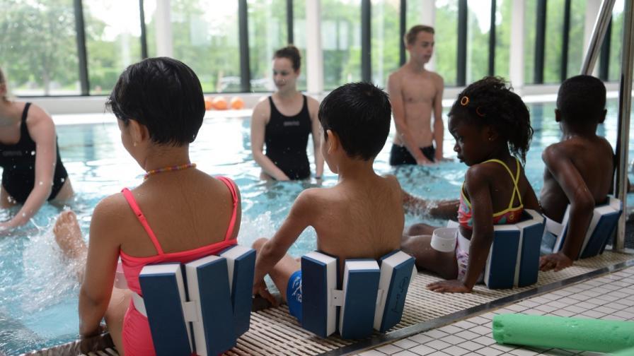 Деца мигранти вземат уроци по плуване в Германия