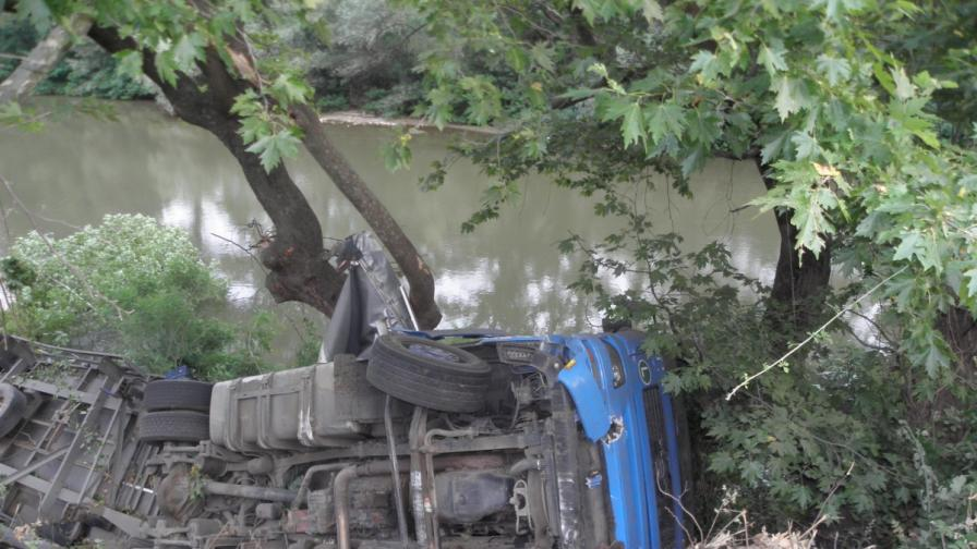 ТИР падна в Струма, затварят пътя към Гърция