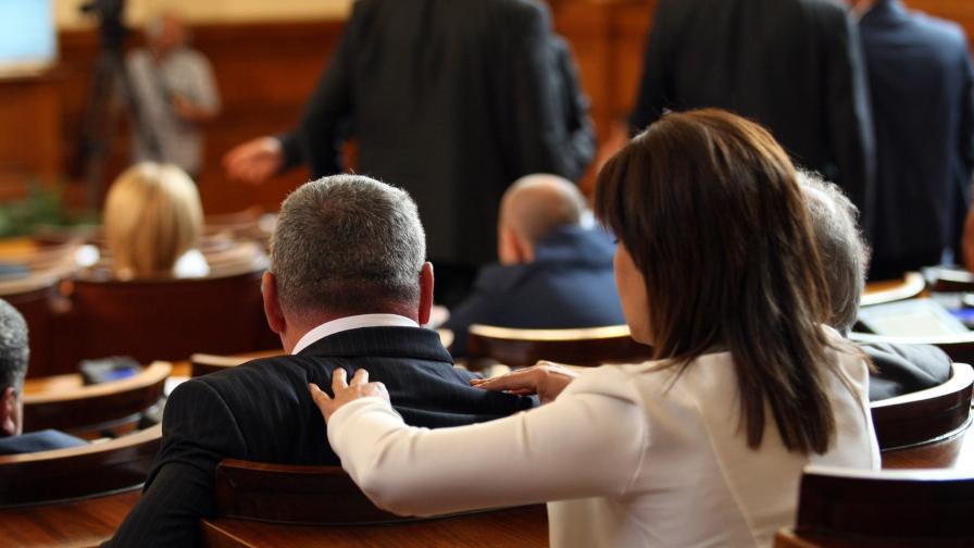 Политиците: Странни дрехи и некоординирани движения