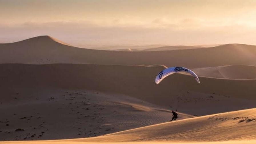 Епичен полет с парапланер над огромните пясъчни дюни