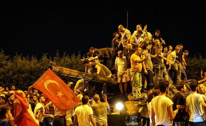 Хронология на военния преврат в Турция по часове (видео и снимки)