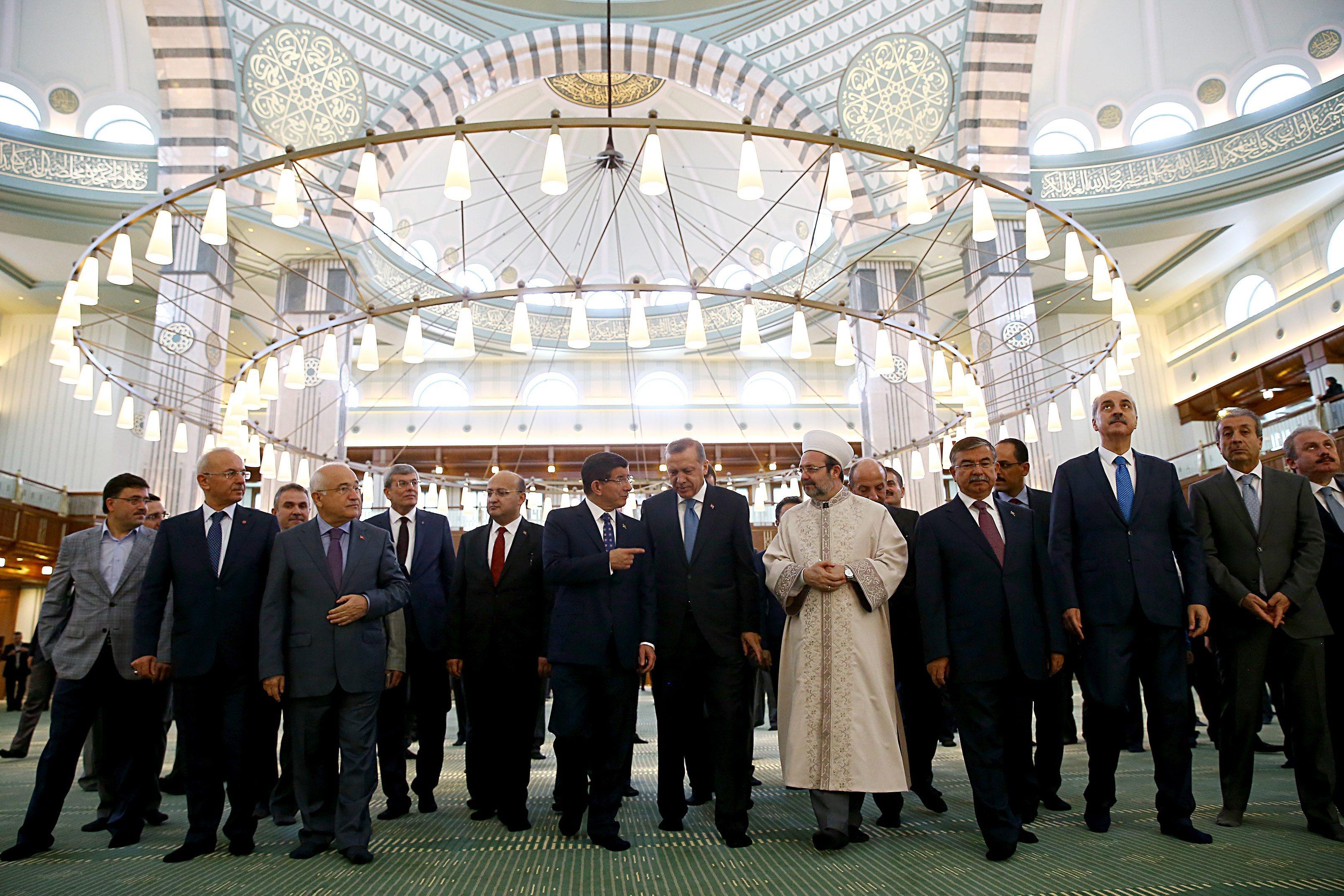 """В страната, в която 2 милиона души живeят с по-малко от 4 евро на ден, дворецът на президента Реджеп Ердоган ще накара дори Саддам Хюсеин да се изчерви. С тези думи Дейли Мейл"""" публикува впечатляващи разкази за двореца на турския президент. Аксарай, или Белият дворец, се шири на 4 декара и само построяването му струва повече от 600 милиона евро"""