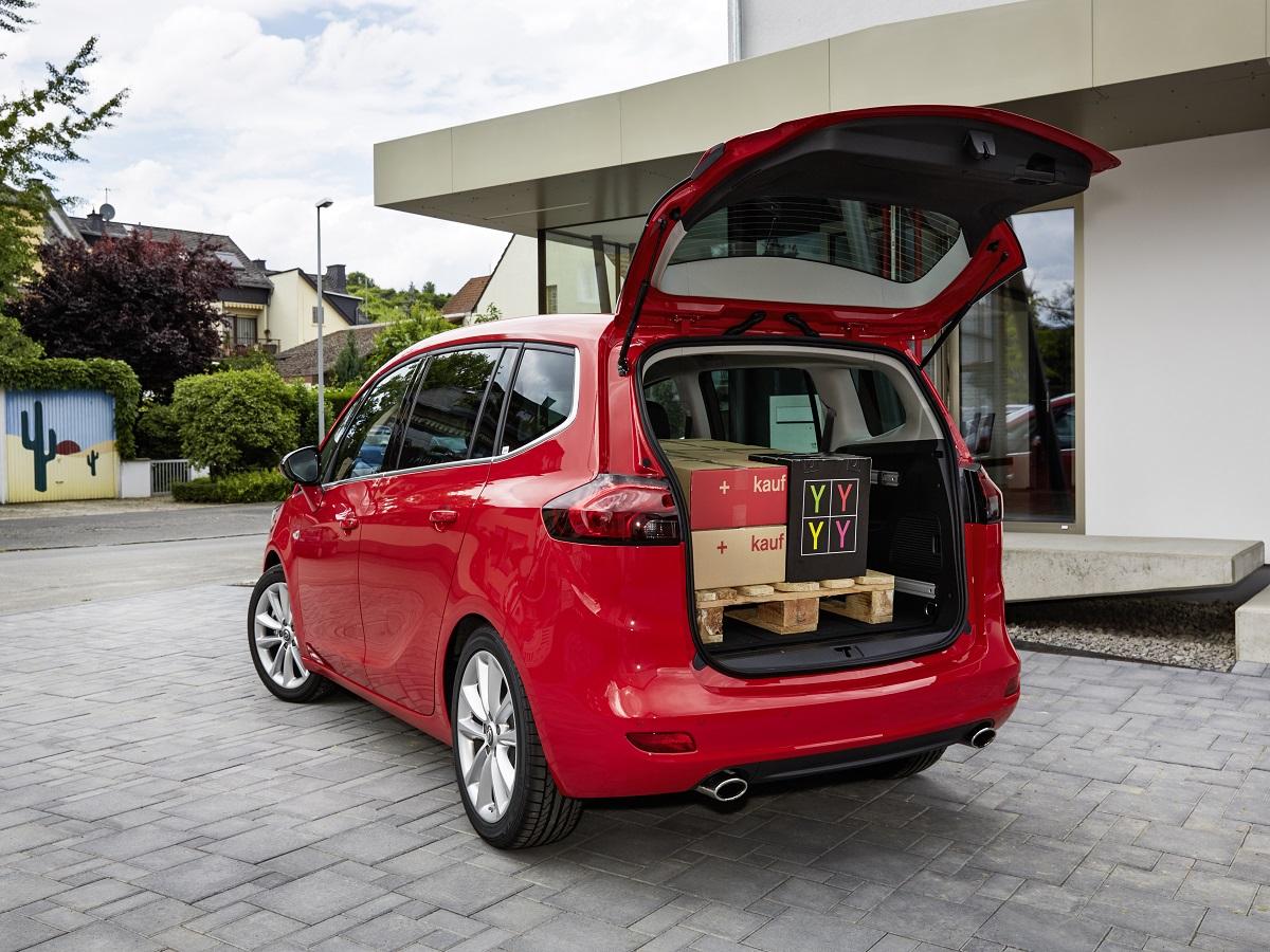 Opel Travelling Lounge: това е мотото, под което преминава презентацията на новия Opel Zafira. Убедих се лично в подвижния лоундж, който компанията е спретнала за големите семейства. Сравненията не са случайни и не са преувеличени.