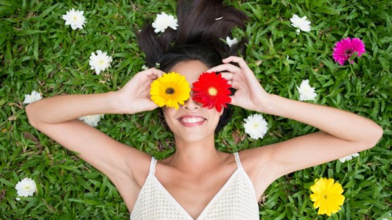 жена радост щастие усмивка цветя