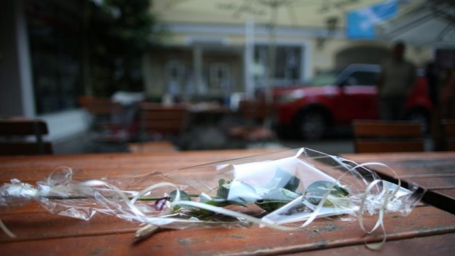 Червена роза е поставен на маса на мястото, където 27-годишният сириец се взриви и рани 15 души