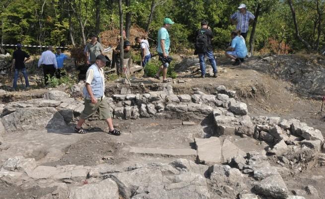 """Археолози откриха скален тракийски храм на слънцето в """"Хасара"""""""