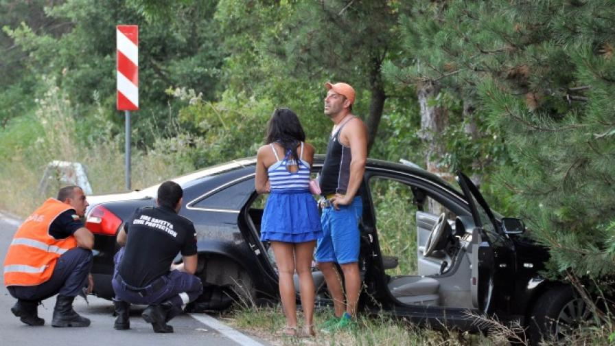 Кола уби на място две момичета с мотопед