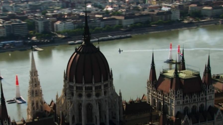 Самолети прелитат под мост в Будапеща (видео)