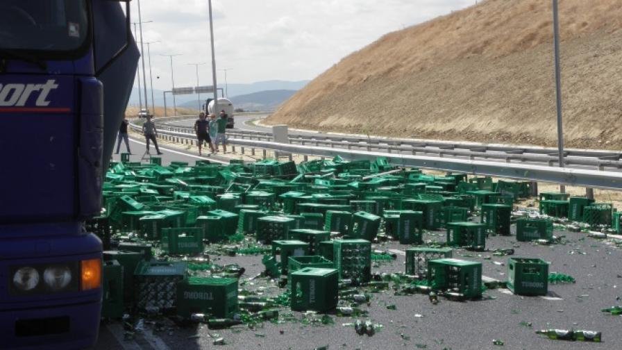 """Хиляди шишета с бира се изпочупиха на """"Струма"""""""