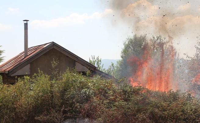 Пожар горя и до вилната зона на Казанлък