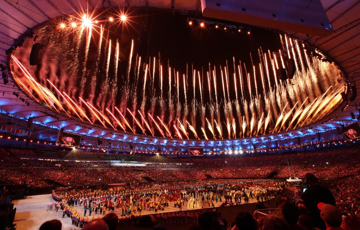 """31-вите Олимпийски игри бяха открити с бляскава церемония на стадион """"Маракана"""" в Рио де Жанейро, която продължи близо четири часа. Церемонията включваше много музика, танци, фойерверки, парад на спортистите, както и неизменната официалната част, в която имаше реч на президента на Международния олимпийски комитет (МОК) Томас Бах, клетва на спортистите и издигане на олимпийския флаг."""