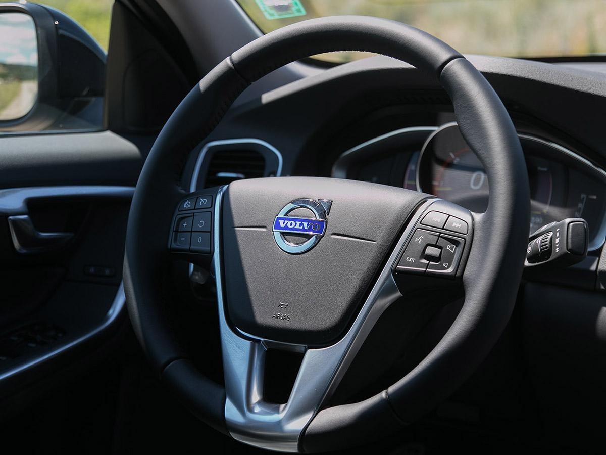 Кажем ли Швеция, аналогията веднага изважда на преден план IKEA и Volvo. Сдържан и изчистен дизайн в продуктите и на двата бранда, но при втория могат да се открият изключения. Глетчерно синьото на Polestar отразява цялостният имидж на Volvo, но под студения цвят се крие гореща душа. Бих искал там да тупти 6-цилиндров бензин с 367 к.с., но за първата ми среща с Polestar ще се задоволя само с 225 дизелови коня.