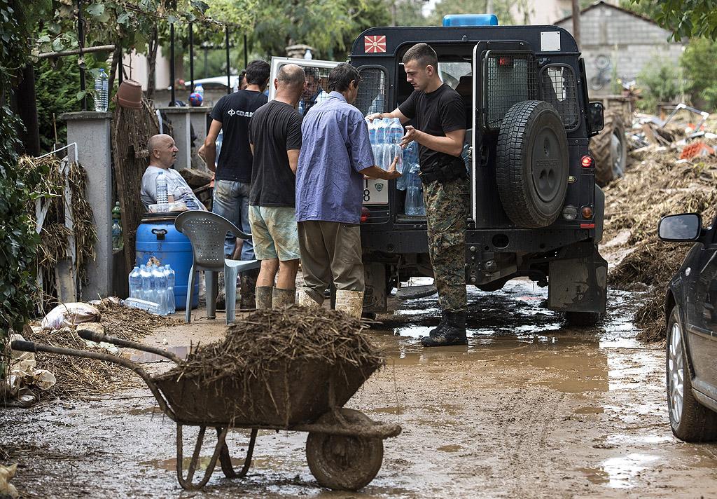 Опустошителната буря, която връхлетя Скопие и Тетово в събота вечер, взе 21 жертви. Най-малко 100 души са ранени, а 1000 са евакуирани. Стотици къщи и хиляди коли са унищожени. Най-тежко пострадаха общините Стайковци, Ченто, Смилковци и Арачиново в околностите на македонската столица.