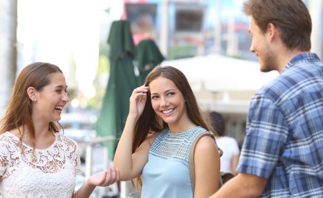 Много хора изпитват затруднение да говорят с непознати. Ето защо се предизвикайте. Запознавайте се с нови хора, водете разговори. Да напуснеш зоната си на комфорт не е лесна задача, но си заслужава.