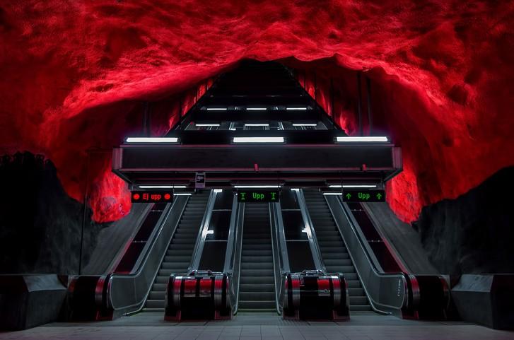 - Стокхолм, Швеция Стокхолмското метро включва три основни линии със стометростанции, 48 от които са подземни, а 52 са на земната повърхностНа 30...