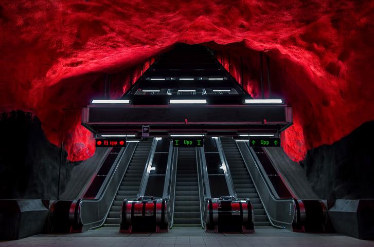 """Стокхолм, Швеция<br /> Стокхолмското метро включва три основни линии със стометростанции, 48 от които са подземни, а 52 са на земната повърхностНа 30 септември1933г. е поставено началото на подземния железопътен транспорт в Стокхолм, с прокопаването на тунел подСьодермалм, свързващ влакови композиции от обществения градски транспорт. Именно от този тунел идва от шведскотоиме за метро– """"tunnelbanan"""", което буквално означава """"тунелен транспорт"""".<br /> Метро в Стокхолв, се отличава с уникални за всяка метростанциядекорации."""