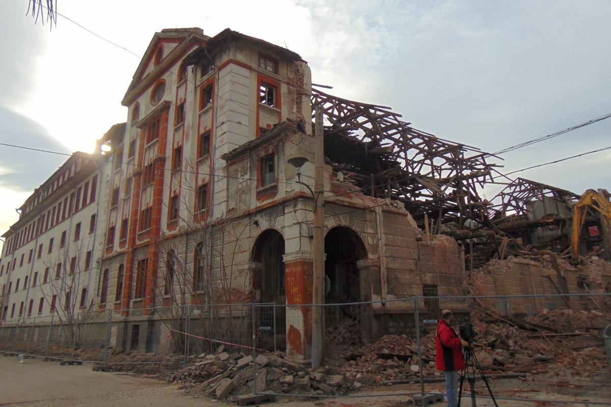 """Разрушеният през месец мартсклад """"Ориента""""."""