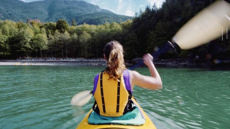 септември жена езеро