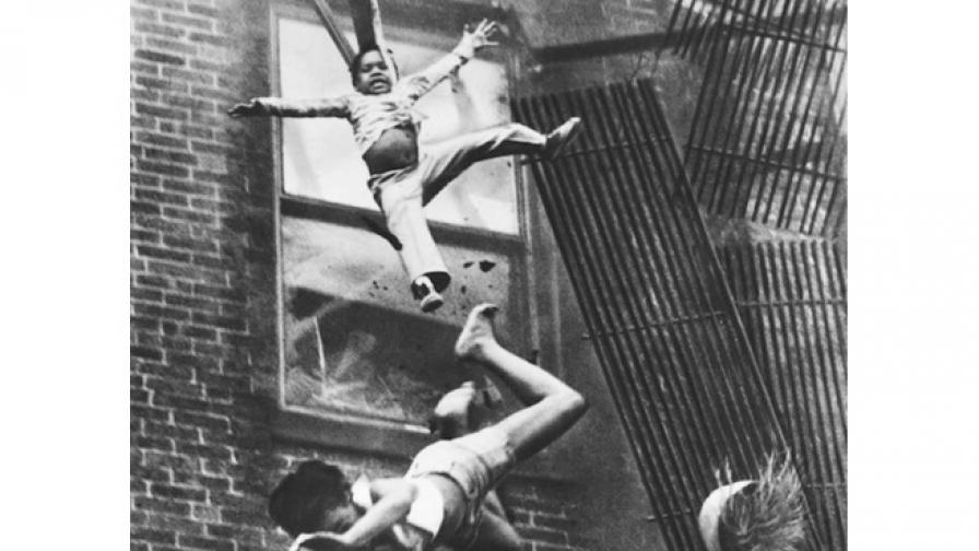 През 1975 г. фотожурналист заснема как хора падат от горяща сграда