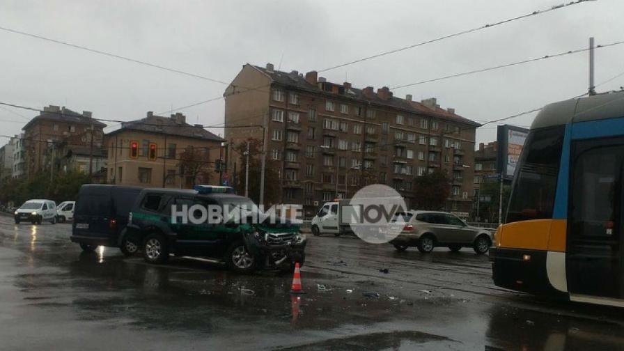Катастрофа между трамвай и джип в столицата