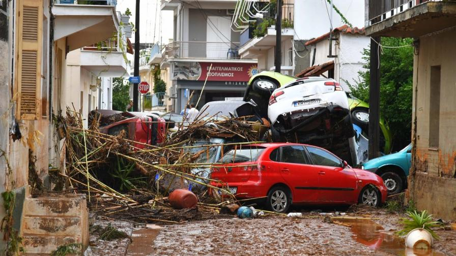 Дъждовете в Гърция отнесли хора, загинали са инвалиди