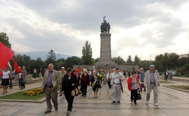 Членове и симпатизанти на левицата и на антифашисткия съюз поднесоха на 9 септември цветя пред паметника на Съветската армия в Княжевската градина