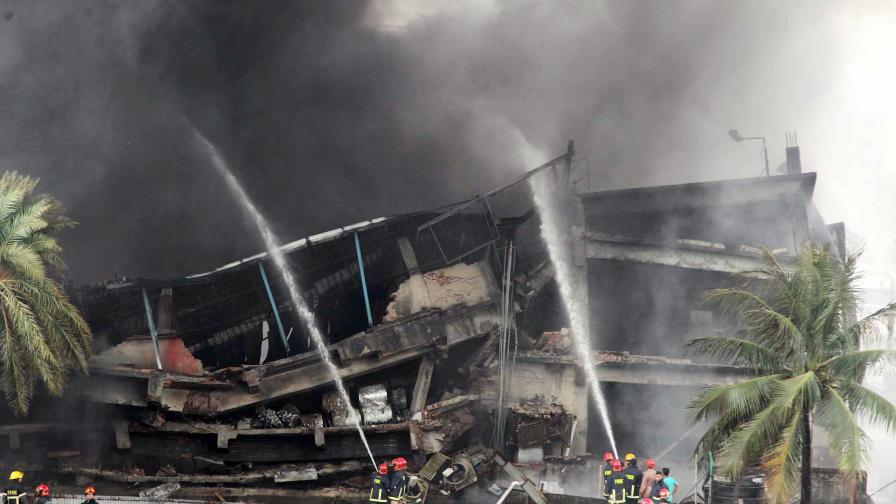 Не могат да укротят пожар в Бангладеш, разраства се и взима жертви
