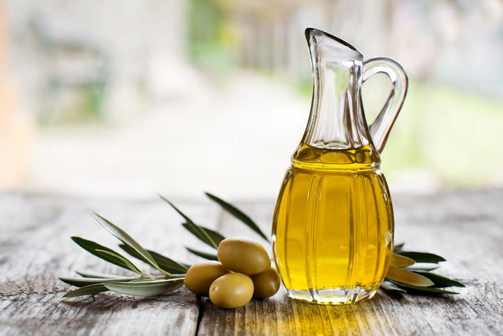 Зехтинът действа благоприятно върху кожата срещу бръчки, петна, синини и белези от изгаряния