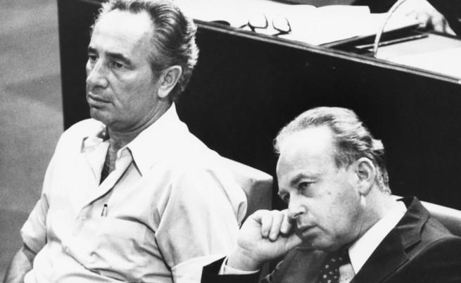Ицхак Рабин (вдясно) и Шимон Перес през 1974 г. Перес тогава е министър на отбраната на Израел